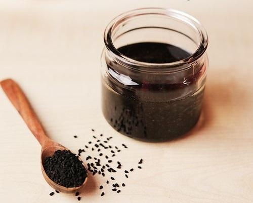 خواص درمانی و کاربردهای روغن سیاهدانه برای مو