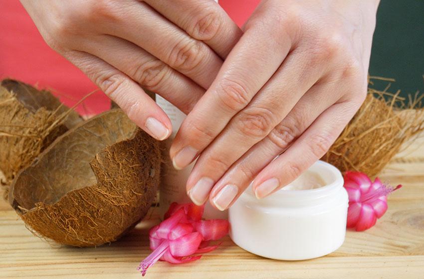 استفاده از روغن نارگیل برای مرطوب کردن ناخن ها در مانیکور معجزه میکنید.